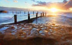 Starburst wschód słońca przy Mahon skały basenem Australia Obrazy Stock