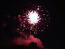 Starbusrt blanc au-dessus de nuage rouge images libres de droits
