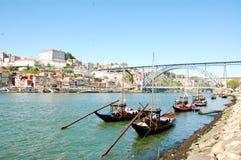 Stare łodzie niesie Oporto wino wzdłuż Douro rzeki obraz stock