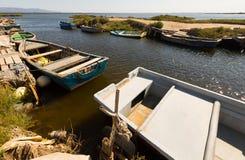 Stare łodzie rybackie przy deltą Ebro rzeka Obrazy Stock
