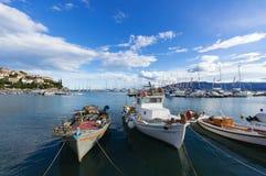 Stare łodzie rybackie w schronieniu Paralio Astros, Grecja zdjęcie royalty free