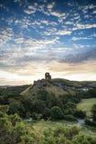 Stare średniowieczne grodowe ruiny w wibrującym lato wschodu słońca krajobrazie im Obraz Royalty Free