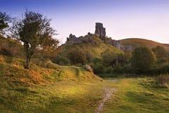 Stare średniowieczne grodowe ruiny w wibrującym lato wschodu słońca krajobrazie im Zdjęcia Stock