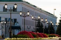Stare żelazne latarnie uliczne na małej ulicie Zdjęcia Stock