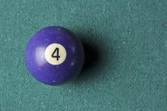 Stare bilardowej piłki liczby 4 purpury barwią na zielonym bilardowym stole, kopii przestrzeń obraz royalty free