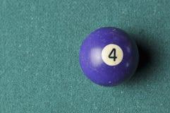 Stare bilardowej pi?ki liczby 4 purpury barwi? na zielonym bilardowym stole, kopii przestrze? obraz royalty free