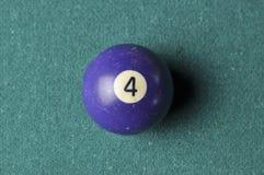 Stare bilardowej pi?ki liczby 4 purpury barwi? na zielonym bilardowym stole, kopii przestrze? obrazy royalty free
