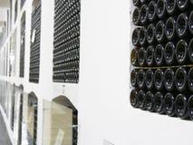 Stare butelki wino w rzędach w wino lochu Rzędy wiele wino butelki w wytwórnia win lochu magazynie Piękna tekstura lub Fotografia Stock