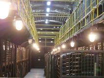 Stare butelki wino w rzędach w wino lochu Rzędy wiele wino butelki w wytwórnia win lochu magazynie Piękna tekstura lub Zdjęcie Stock