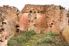 Stare czerwonego brick/kamienne ściany zaniechani domy, background/tekstura fotografia royalty free