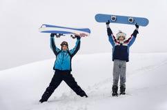 Stare di armi sollevato due snowboarders Fotografia Stock Libera da Diritti