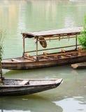 Stare drewniane łodzie używać dla turystyczny zwiedzać w Fenghuang, podbródek zdjęcie stock