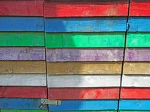 Stare drewniane deski na plenerowym budynku malującym w tęczy barwią z padlocked drzwi zdjęcia stock
