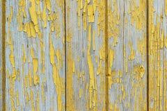 Stare drewniane deski z szczątkami farby bezlistna ochra Strugać farbę wyjawia teksturę drewno Zdjęcie Stock
