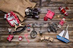 Stare drewniane i blaszane zabawki dla dzieci - boże narodzenie dekoraci vint obraz stock