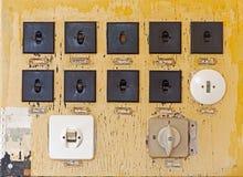 Stare elektryczne zmiany na ścianie Zdjęcia Royalty Free