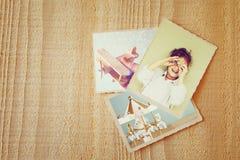 Stare fotografie nad drewnianym textured tłem Rocznik filtrujący Zdjęcie Stock