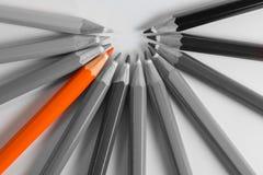 Stare fuori matita arancio dalle matite grige fotografie stock