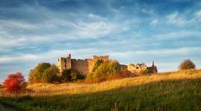 Stare grodowe ruiny w zmierzchu świetle Fotografia Royalty Free