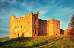 Stare grodowe ruiny w zmierzchu świetle Zdjęcie Stock