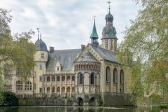 Stare grodowe setki lat jeziorem Budynek odbija w wodzie i otacza drzewami obraz stock