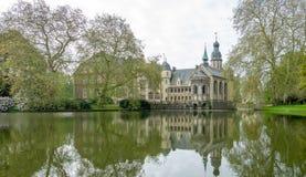 Stare grodowe setki lat jeziorem Budynek odbija w wodzie i otacza drzewami zdjęcie royalty free
