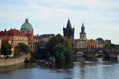 Stare Grodzkie iglicy i kopuły z Charles Karlov lub mostem Najwięcej Praga republika czech fotografia royalty free