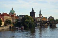 Stare Grodzkie iglicy i kopuły z Charles Karlov lub mostem Najwięcej Praga republika czech obrazy stock