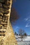 Stare kamienne ściany i śnieżysty pole Zdjęcia Royalty Free