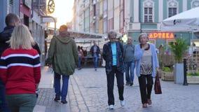 Stare kobiety chodzą wokoło miasta i komunikują z each inny zbiory
