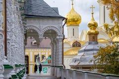 Stare kobiety iść kościół zdjęcia stock