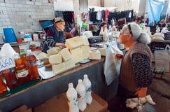 Stare kobiety kupuje domowej roboty ser na Gruzińskim wioska rynku Zdjęcie Royalty Free