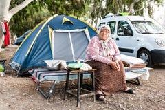 Stare kobiety relaksuje w tradycyjnym campingu zdjęcia royalty free