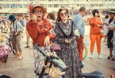 Stare kobiety w rocznik sukniach ma zabawę podczas miasto festiwalu Retro rejsu Obraz Stock