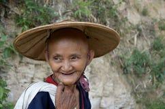 Stare kobiety wraca po dużego dnia w herbacianych polach Fotografia Stock