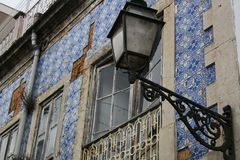 Stare kolorowe i kafelkowe fasady w Lisbon Zdjęcia Royalty Free