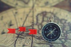 Stare kompasu i flagi ocechowania szpilki na plama roczniku kartografują tło, podróży planistyczny pojęcie obrazy royalty free