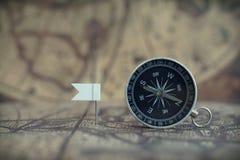 Stare kompasu i flagi ocechowania szpilki na plama roczniku kartografują tło, podróży planistyczny pojęcie obrazy stock