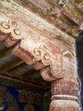 Stare, krakingowe drewniane kolumny antyczna Buddyjska świątynia, deco Zdjęcie Stock