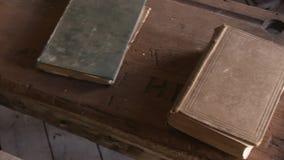 Stare książki i drewniana półka zdjęcie wideo