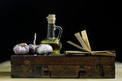 Stare książki i pikantność Wysuszony czosnek i przepisy kuchenny stary stół fotografia stock