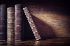 Stare książki na bibliotecznym szelfowym tle Zdjęcia Royalty Free