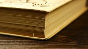 Stare książki na drewnianej półce zdjęcie wideo