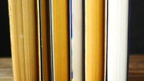 Stare książki na drewnianej półce zbiory wideo