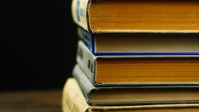 Stare książki na drewnianej półce zbiory