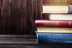 Stare książki na drewnianym tle Źródło informacji Rezerwuje salowego Domowa biblioteka Wiedza władzą jest obraz royalty free