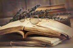 Stare książki otwierają na drewnianym stole Obrazy Royalty Free