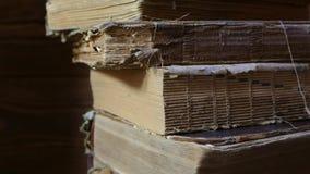 Stare książki w bibliotecznym archiwum Obraca starą książkę z twój rękami Czyta dziejową literaturę Kościelny archiwum zdjęcie wideo