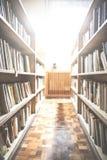 Stare książki w rocznik bibliotece zdjęcie royalty free