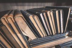 Stare książki w rocznik bibliotece zdjęcie stock